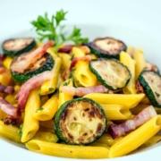 Pennette con pancetta affumicata, zucchine e panna
